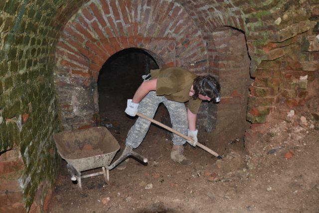 13 09 21 11.06.03 MK1977 při nakládání hlíny V podzemkách