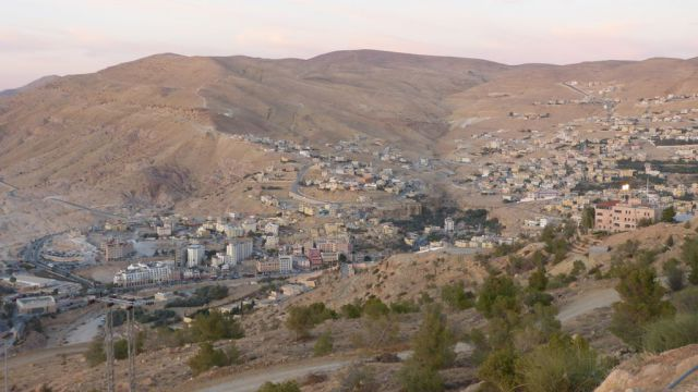 Wadi Musa - pohled na město z vyhlídky