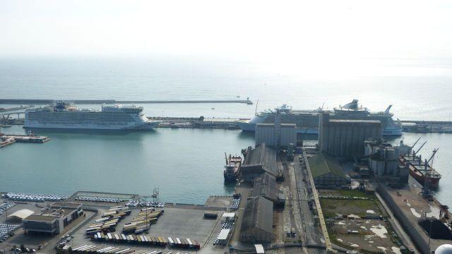 Barcelona - výletní lodě v přístavu