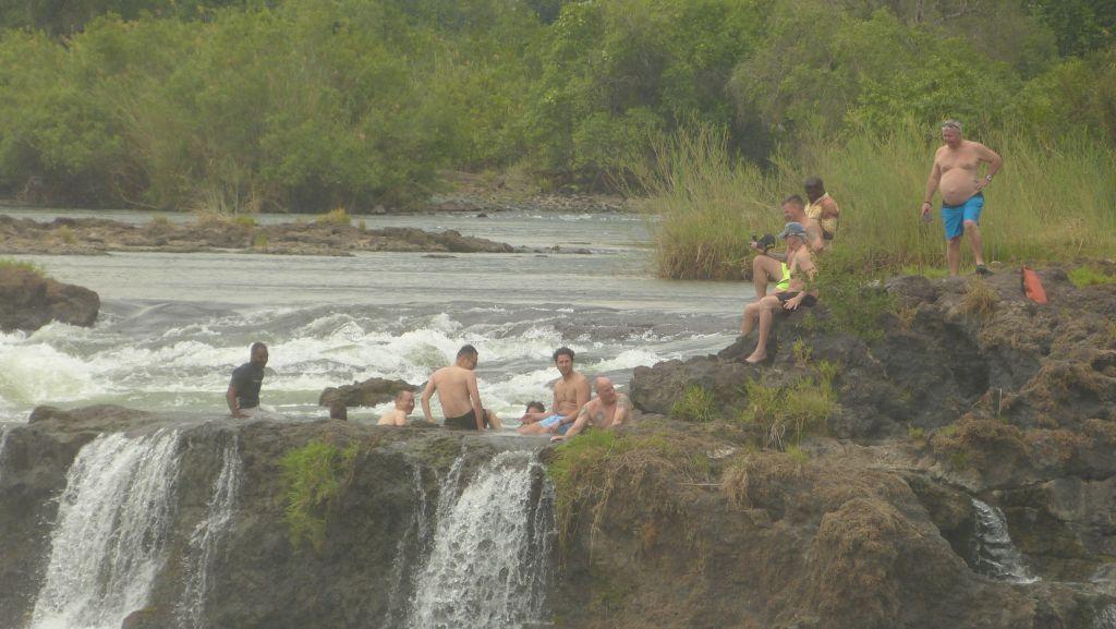Viktoriiny vodopády - koupání u hrany
