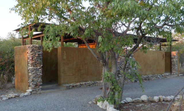 Toalety v kempu Etosha Village