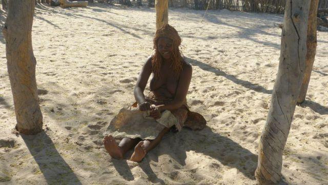 Mbunza Living Museum - měkčení kůží