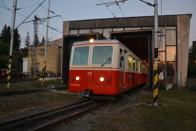 13 08 01 20.33.57 Zubačka vyjíždějící z nádraží ve Štrbě