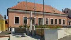 Langau - obecní úřad a památník