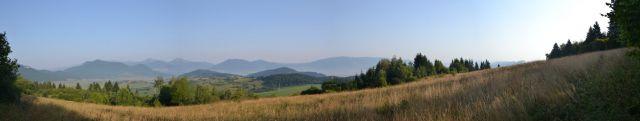 13 08 09 07.46.54 Panorama nad Komjatnou