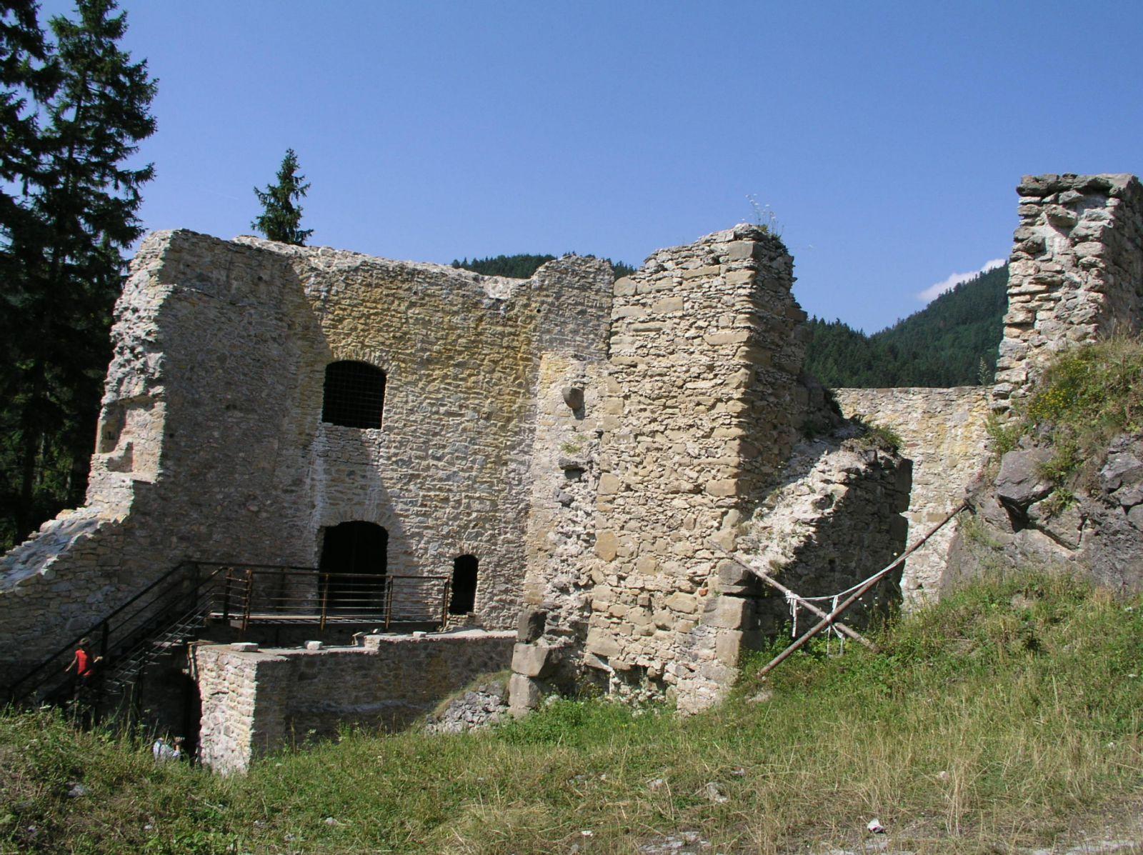 04 08 04 15.18.20 Hrad Likava   dolní hrad, vlevo věž U 2.brány