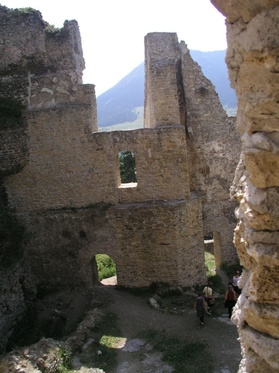 04 08 04 15.44.30 Hrad Likava   nádvoří horního hradu