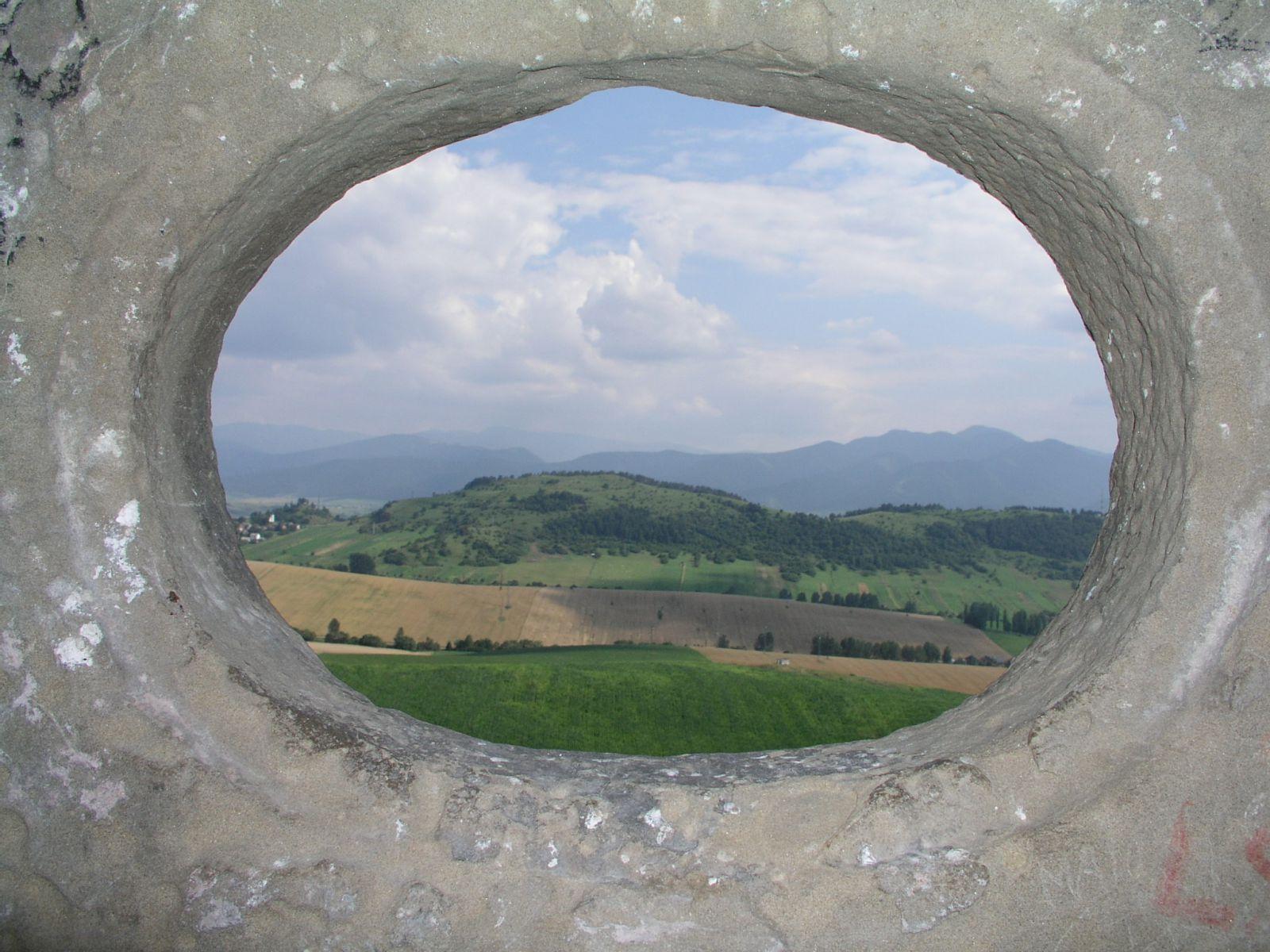 04 08 04 15.45.44 Hrad Likava   pohled malým oknem horního hradu Asi Na M.Fatru
