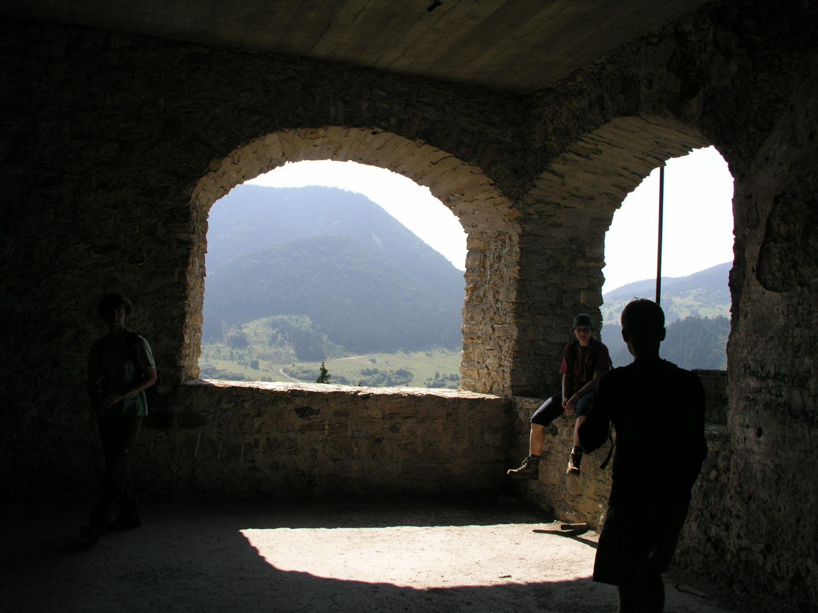 04 08 04 15.43.04 Hrad Likava   třetí patro komnat horního hradu S okny