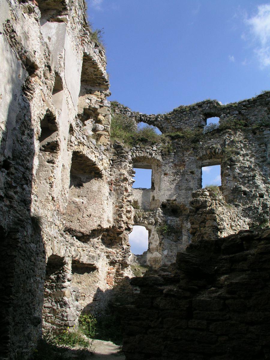 04 08 04 15.44.46 Hrad Likava   nádvoří horního hradu