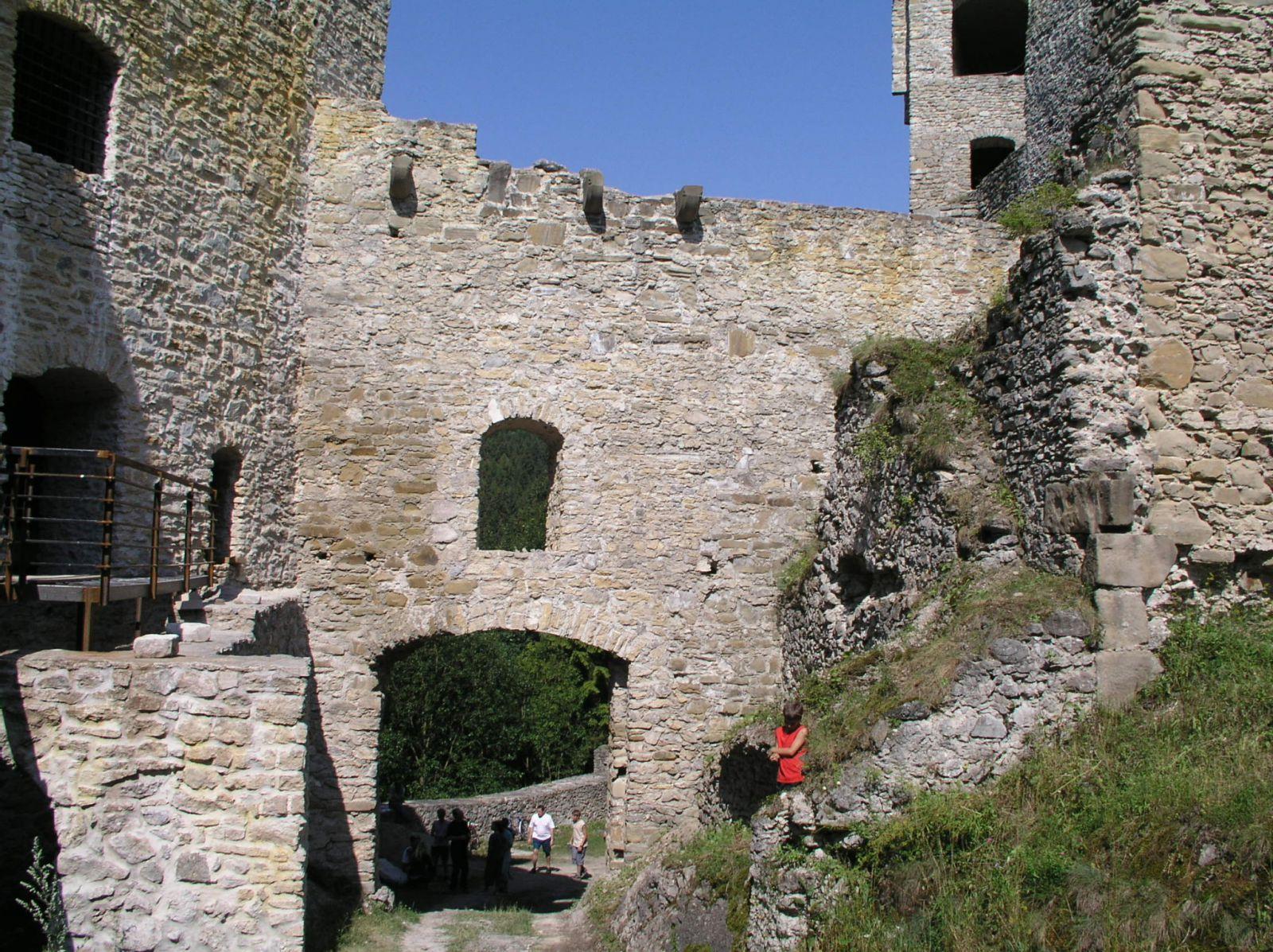 04 08 04 15.16.22 Hrad Likava   pohled Na druhou bránu dolního hradu