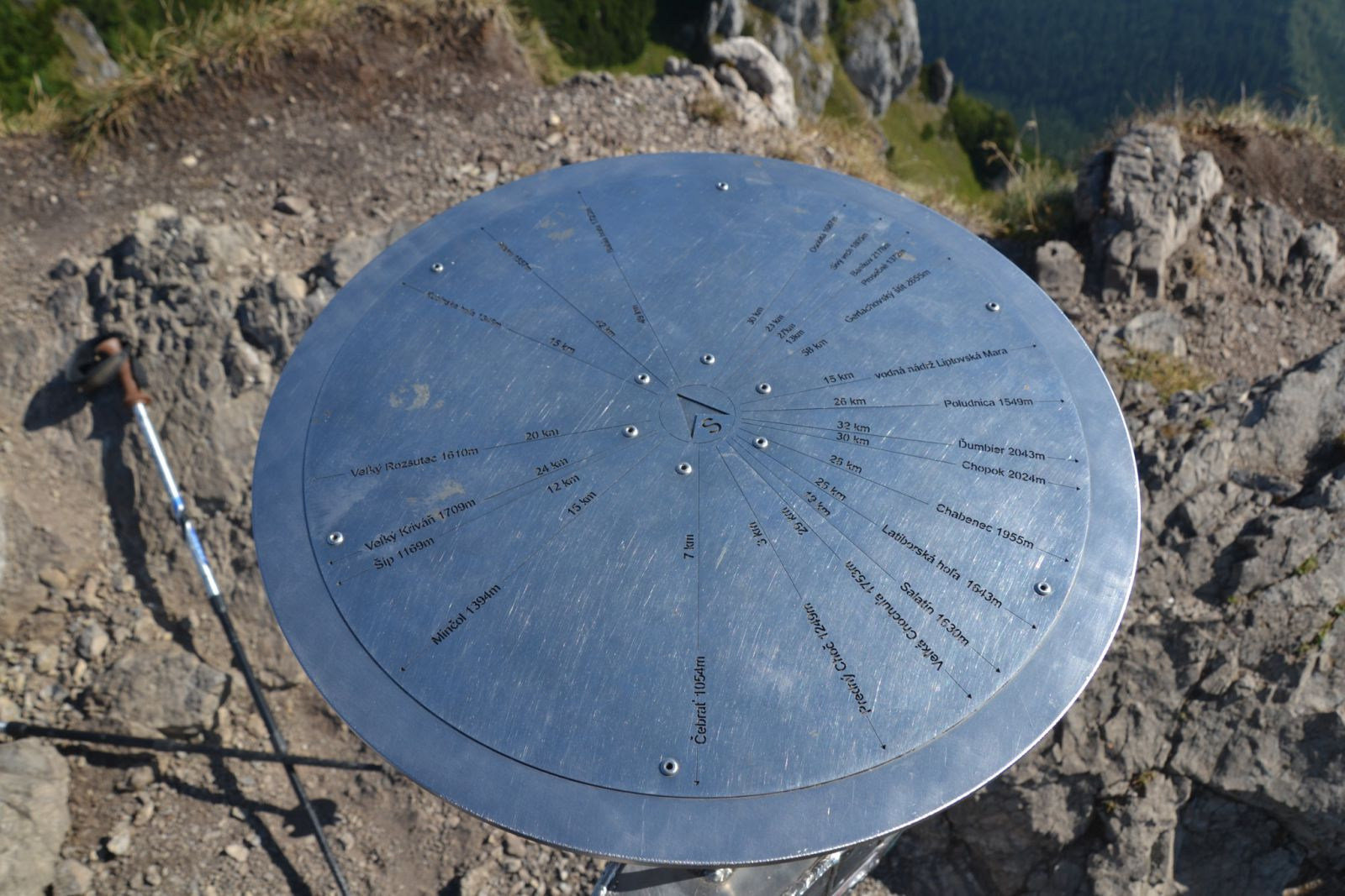 13 08 07 09.26.14 Směrovník na vrcholku Choče