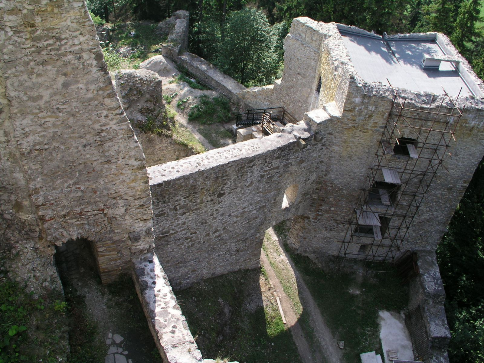 04 08 04 15.43.32 Hrad Likava   pohled Na věž U 2.brány Z horního hradu