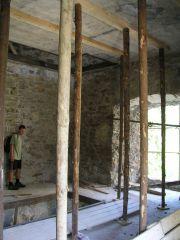 04 08 04 15.24.24 Hrad Likava   Ondra V místnosti opravované věže U 2.brány spodního hradu