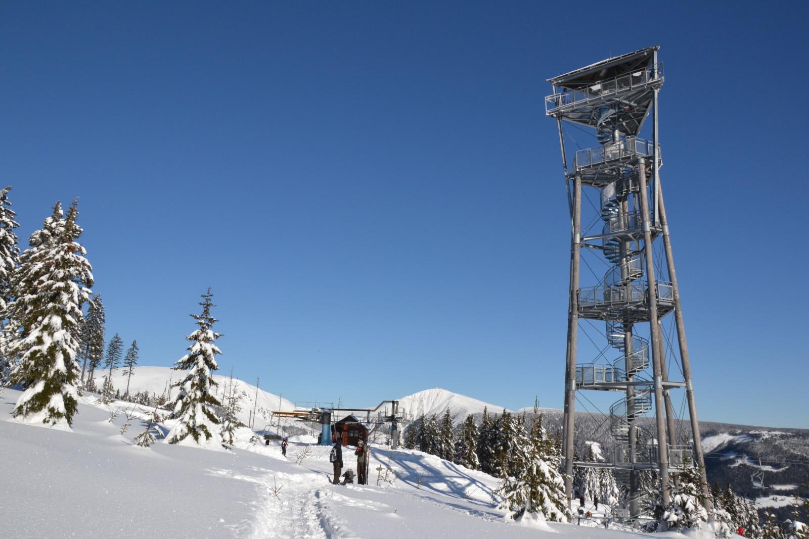 12 01 27 11.28.02 Rozhledna Na Hnědém vrchu S pozadím Studniční A Sněžky