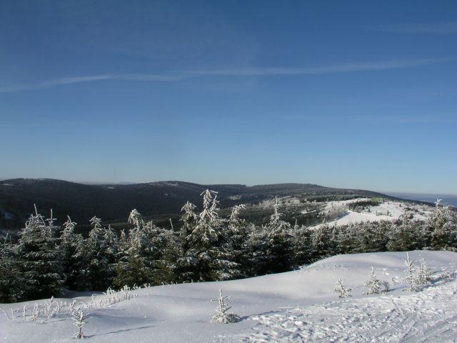 05 01 16 12.55.06 Pohled Z lyžařské cesty Na severní část Orlických, Za nimy vylézají Krkonoše