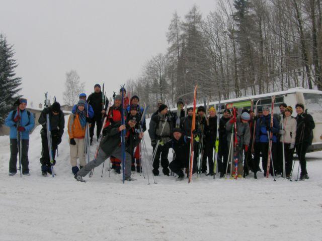 10 02 13 09.39.39 Hromadná fotka účastníků eventu Bílou stopou Na začátku trasy