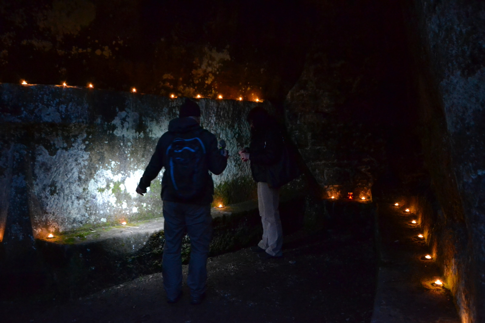 13 12 22 16.16.25 Zapalování svíčky v nasvícené jeskyni