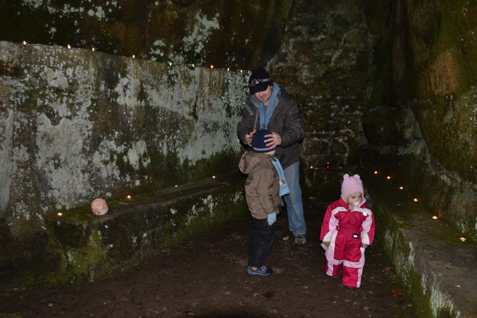 13 12 22 17.03.12 Zapalování svíčky v jeskyni