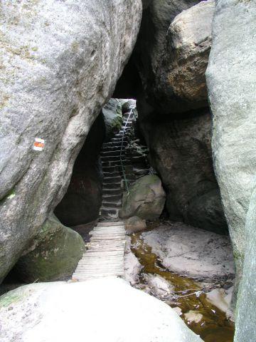 05 04 24 10.50.06 Průchod jeskyní   Kovárnou V Kovářově rokli